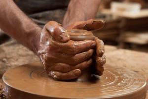 Moldando o barro na roda do oleiro